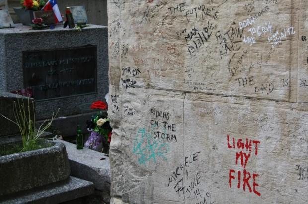 La tombe de Jim Morrison : un mur tagué, des mégots de cigarettes et des bouteilles de bière vides… un hommage un peu particulier pour cette légende du rock !