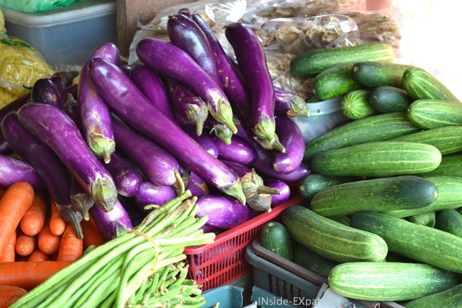 Etal d'aubergines, concombres et haricots à Pontian en Malaisie