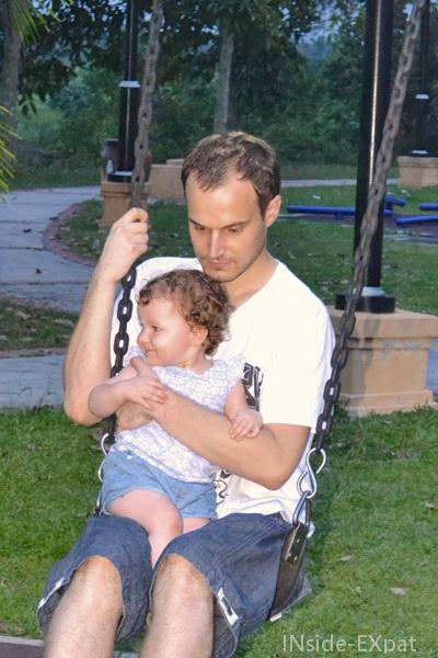 Mimi et Daddy font de la balancoire