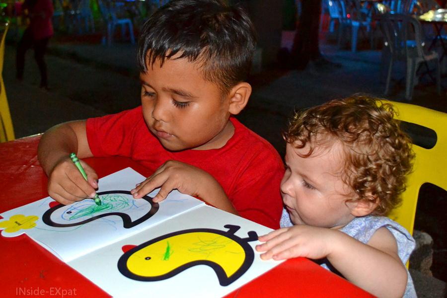Deux enfants colorient