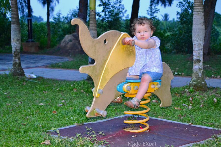 Mimi B. sur un éléphant à ressort de l'aire de jeux de Rambah Beach