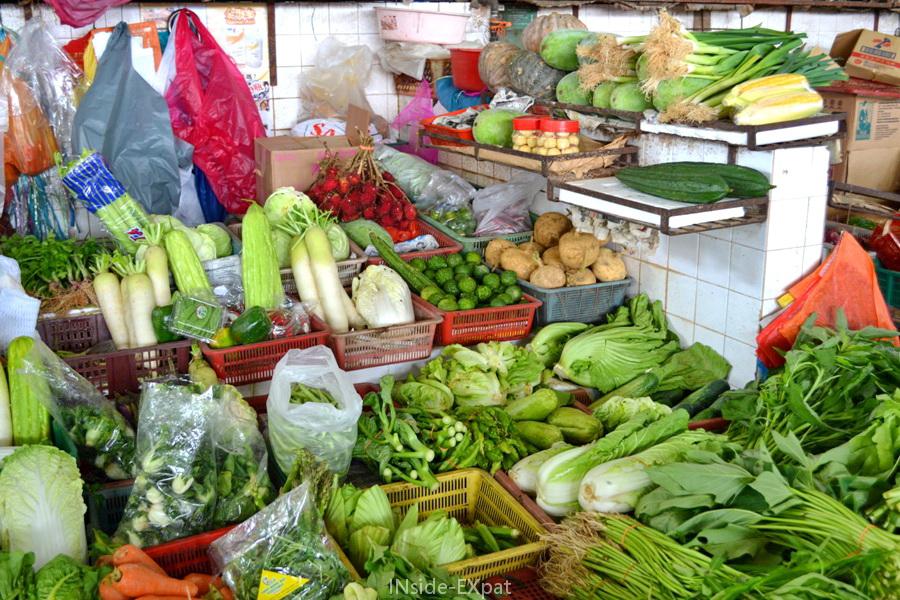 Etalage de légumes sur un marché à Pontian