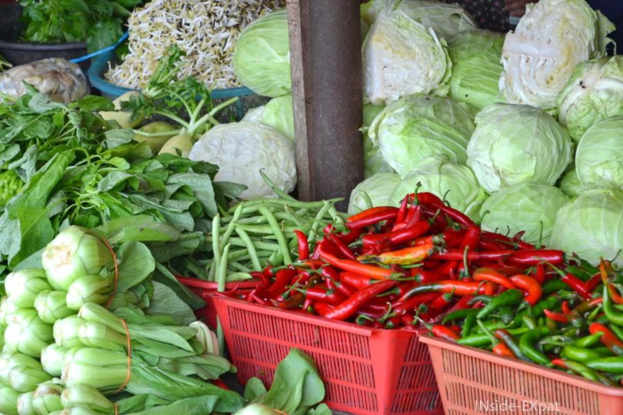 Etal de piment et choux sur un marché à Pontian, Malalsie