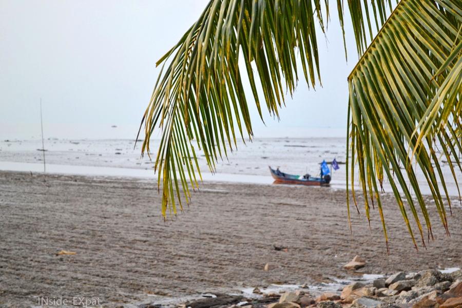 Bateau de pêcheur à Rambah Beach, Pontian, Malaisie