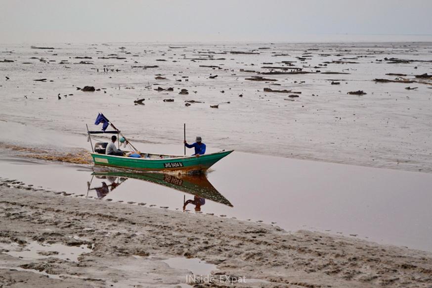Bateau de pêcheur à marée basse - Pontian, Malaisie