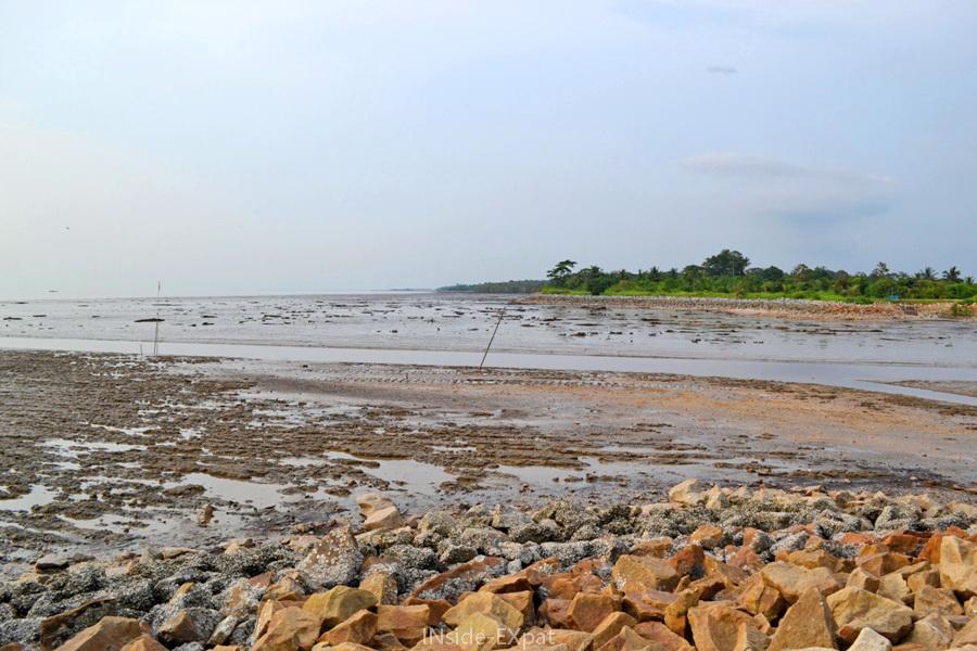 Rambah Beach, plage e vase à Pontian (Malaisie)