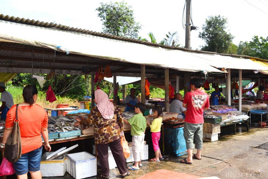 Petit marché de poissons, fruits et légumes à Pontian, Malaisie