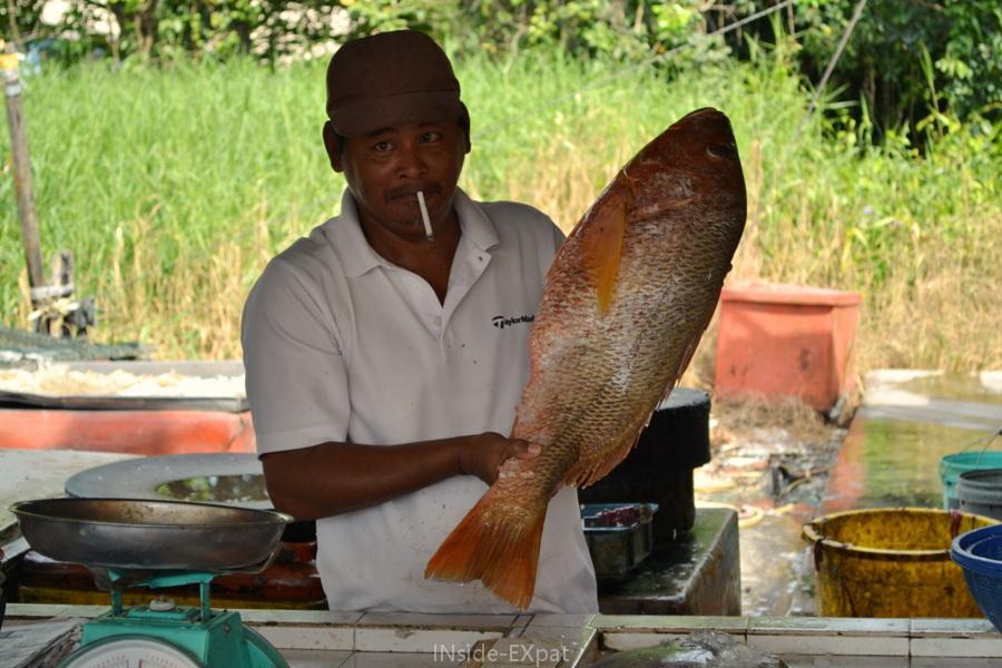 Marché de Pontian : un vendeur malais nous montre fièrement un gros poisson