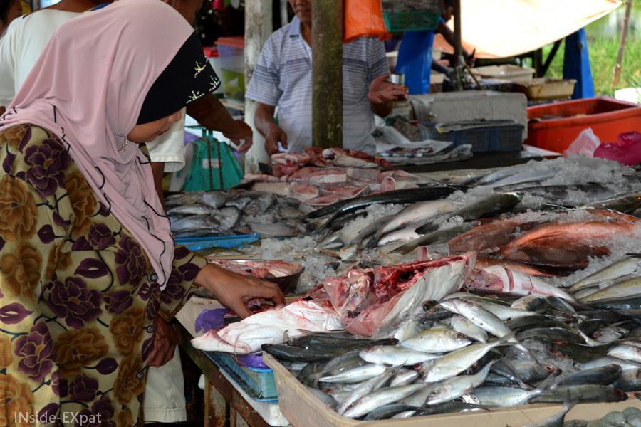 Cliente malaise sur un marché local à Pontian