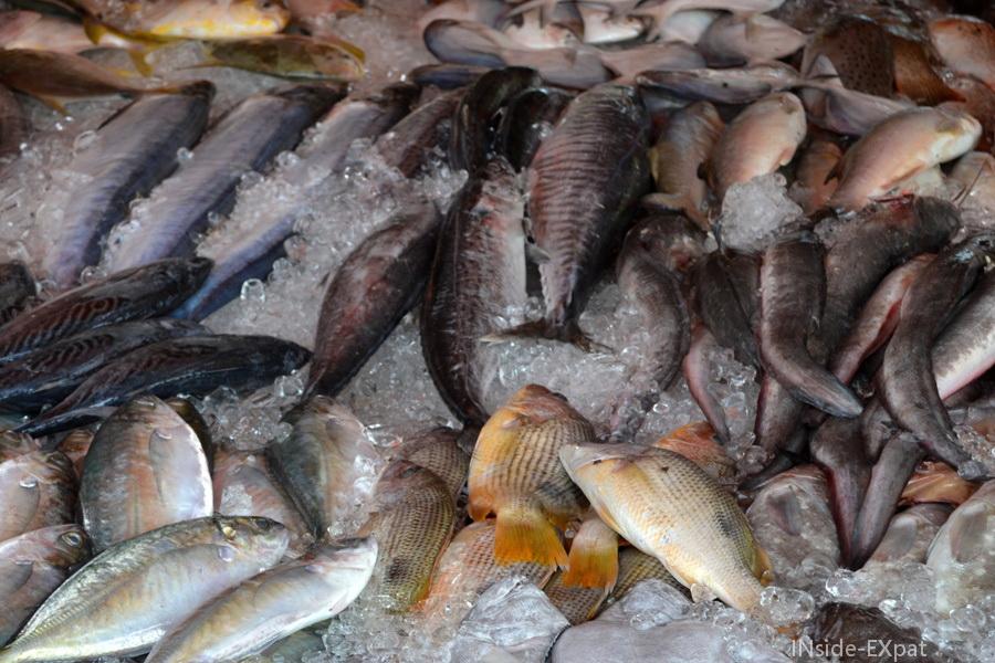 Etal de poissons sur un petit marché local en Malaisie
