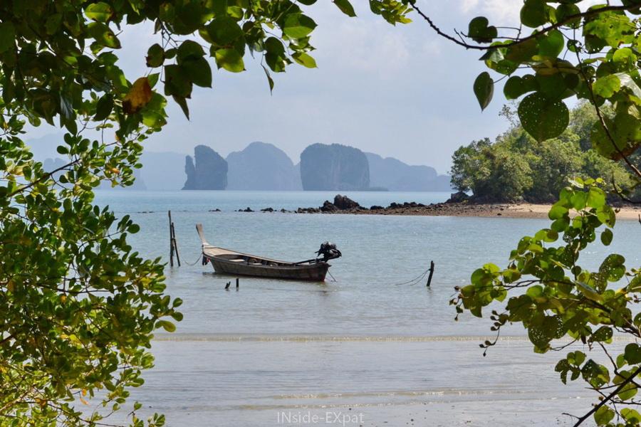 Vue depuis l'une des plages de Koh Yao Noi (Thailande) sur les formations karstiques
