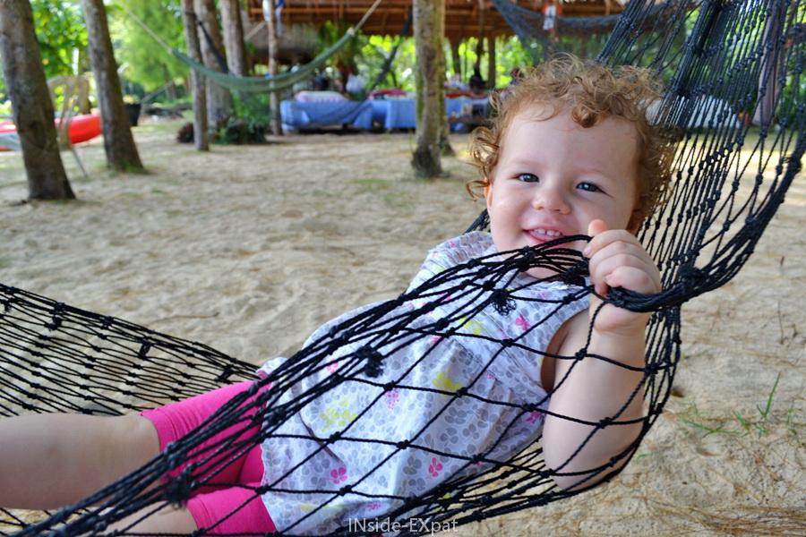 Mimi dans son hamac sur la plage en Thailande