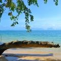 Plage déserte et mer turquoise à Koh Yao Noi près de Phuket