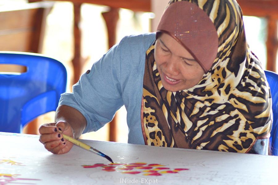 Une femme thailandaise fait un paréo en peinture batik