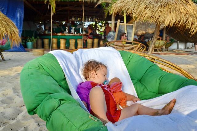 Après avoir bien joué dans les vagues, Mimi s'endort à l'ombre dans un fauteuil bien confortable.