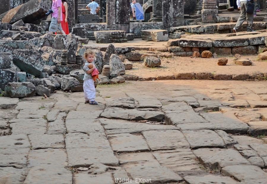 Mimi et sa poupée explore Bayon, temple kher d'Angkor