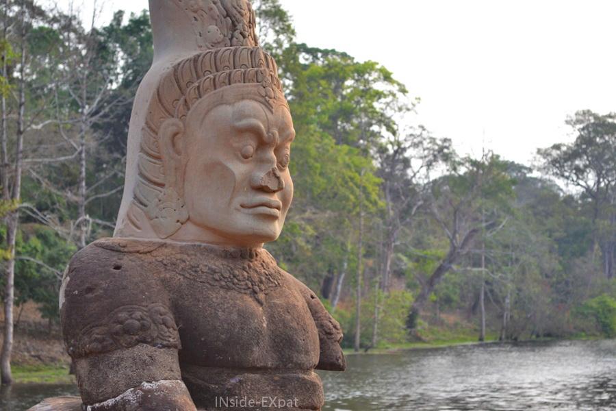 Statue de dieu et douve de la Porte Sud d'Angkor Thom