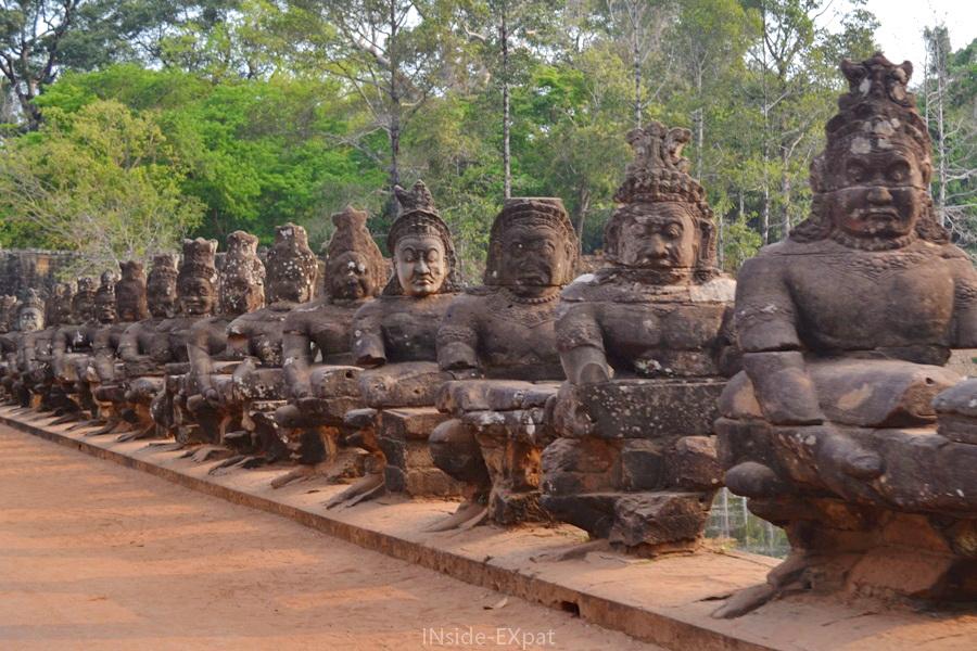 Statues longeant le pont de la Porte Sud d'Angkor Thom
