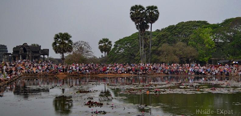 La foule, au bord de l'étang, attend le lever du soleil sur Angkor Vat