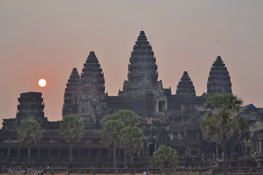 Nuances de rose dans le ciel d'Angkor Vat au lever du soleil