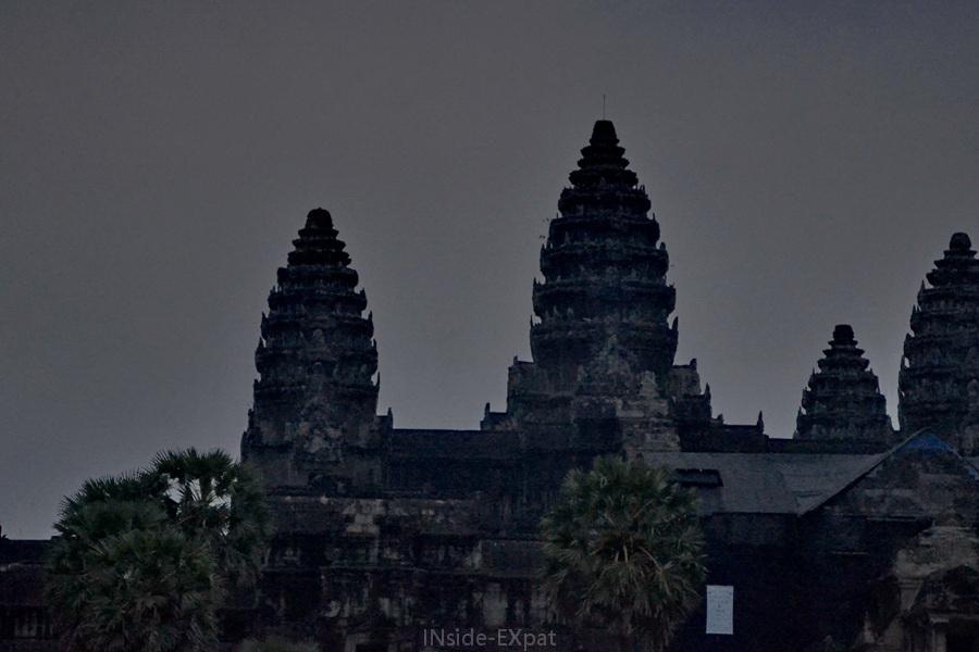 Le temple d'Angkor Vat dans la pénombre avant le lever du soleil