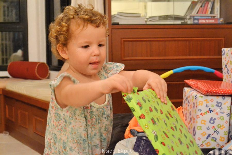 Mimi très concentrée ouvre ses cadeaux d'anniversaire