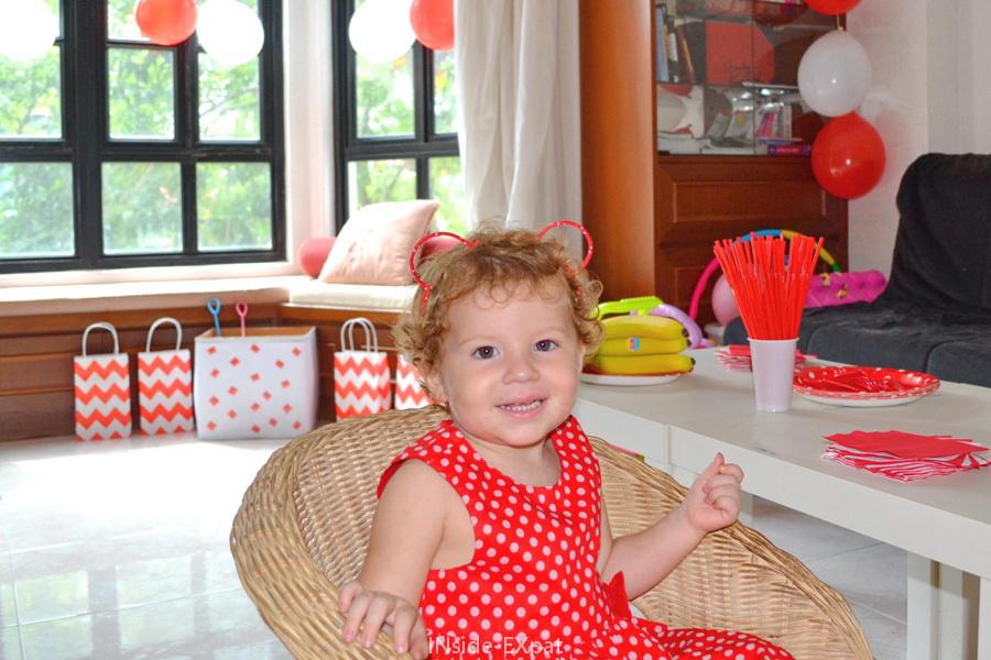 Tenue en rouge et blanc pour petite fille