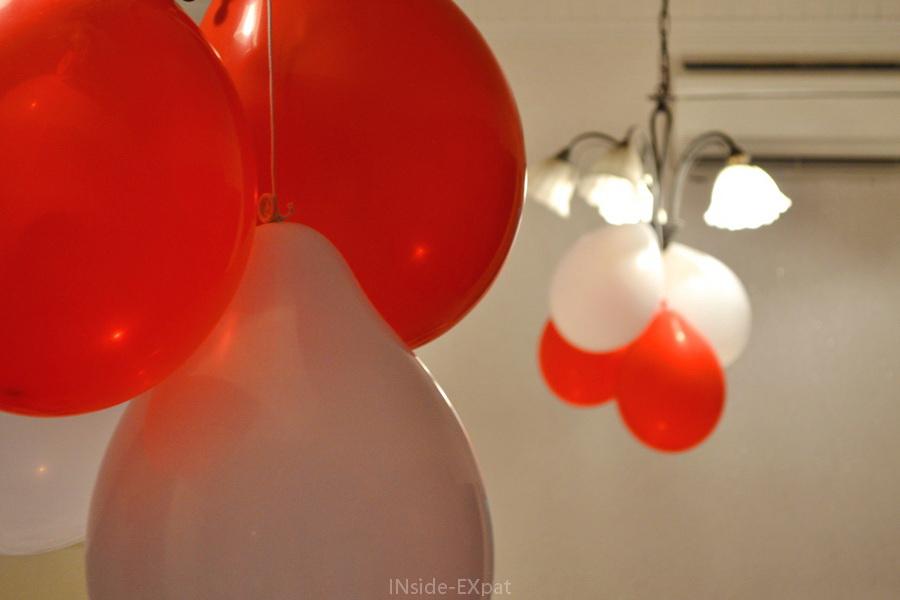 Ballons suspendus rouge et blanc