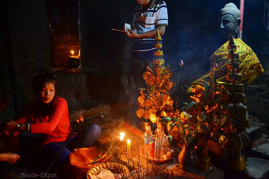 Offrandes et encens à Bouddha (temple Bayon, Angkor)