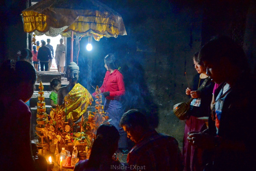 Cérémonie bouddhiste à l'intérieur d'une des tours du Bayon, Angkor