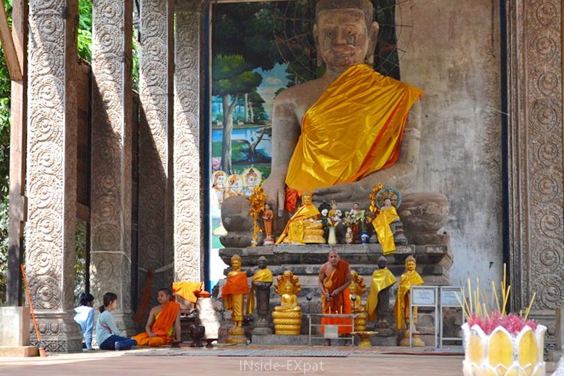 Bouddha et moines bouddhistes près de Bayon (Angkor, Cambodge)