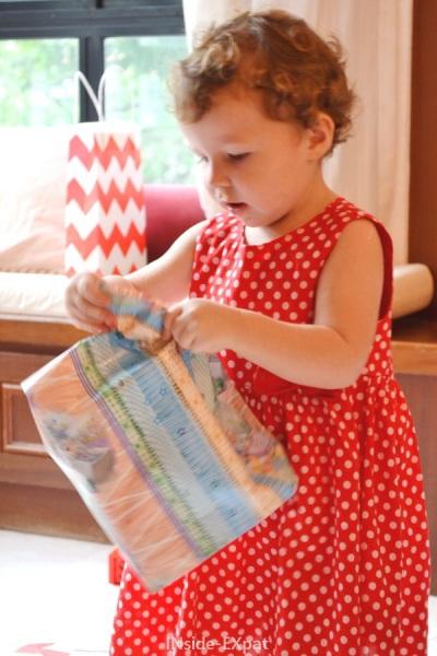 Petite fille ouvrant ses cadeaux d'anniversaire