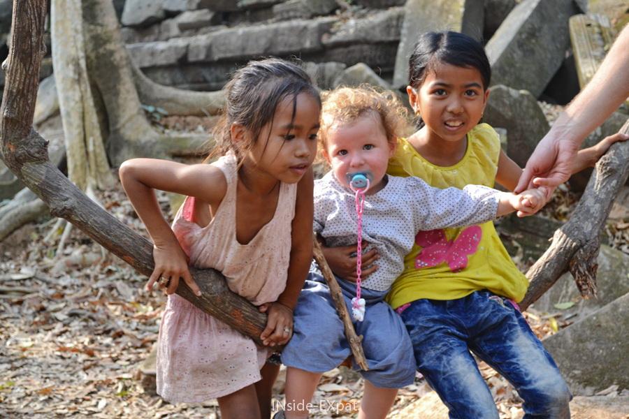 Petites filles cambodgiennes dans les ruines de Beng Mealea