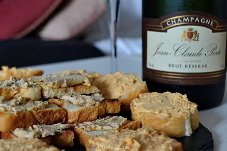 Bouteille de champagne et toast de foie gras et de rillettes de saumon