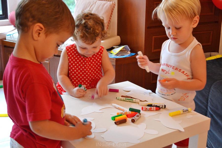 Enfants qui colorient avec des feutres