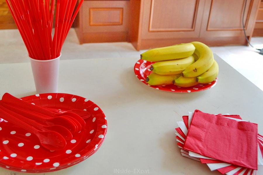 Table décorée en rouge et blanc