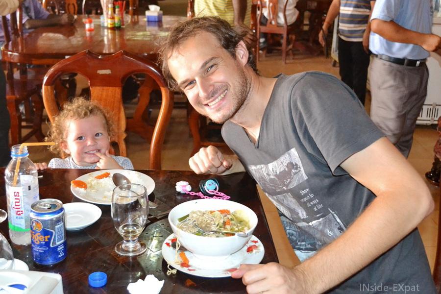 Mimi et Daddy - déjeuner dans un restaurant touristique près des temples d'Angkor (Cambodge)