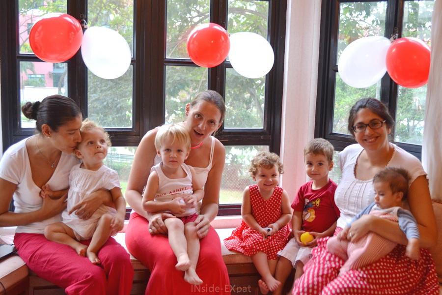 Mamans et bébés habillés en rouge et blanc