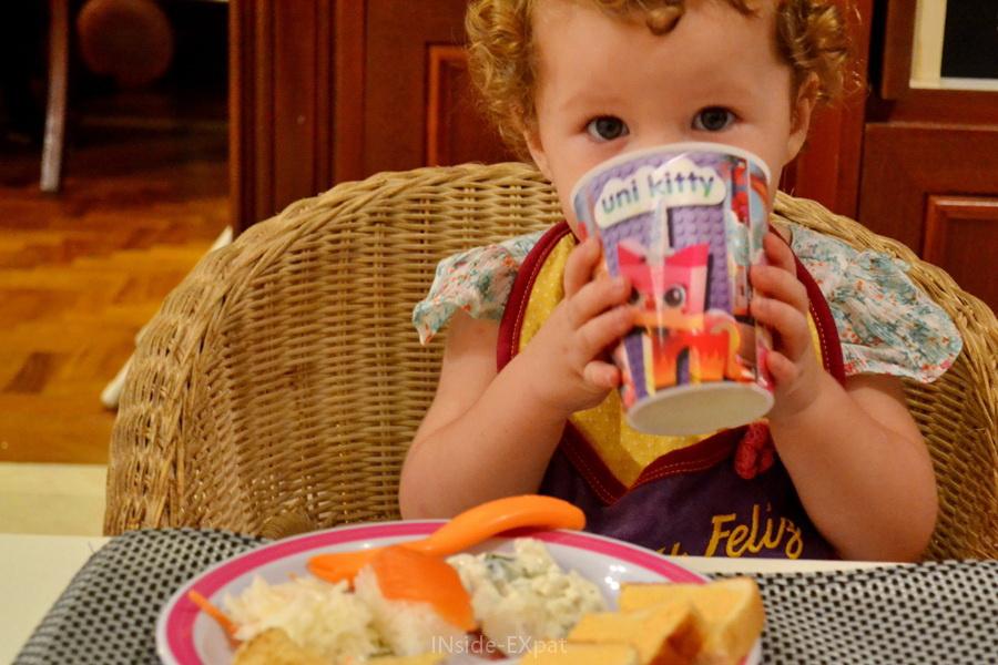 Petite fille devant son assiette