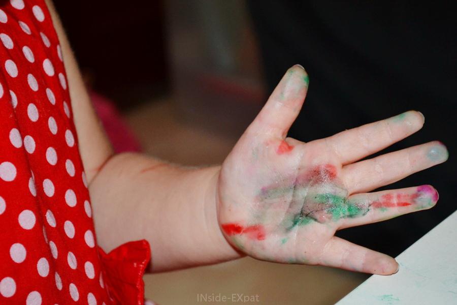 Gros plan sur la main d'une petite fille couverte de feutre