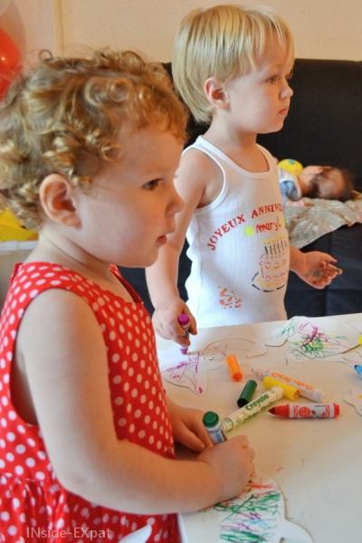Deux enfants avec des feutres de toutes les couleurs