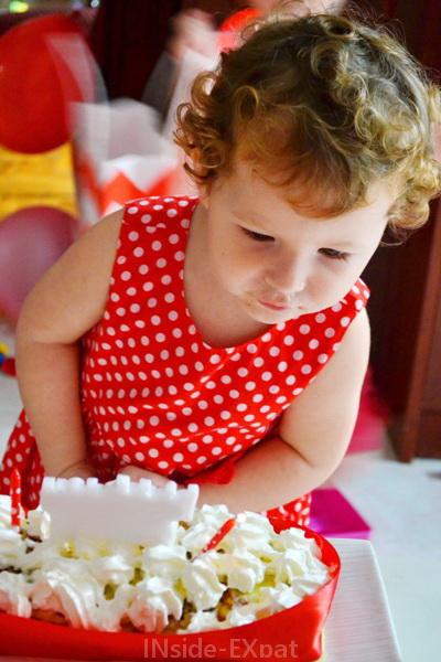 inside-expat-fille-souffle-bougie-anniversaire