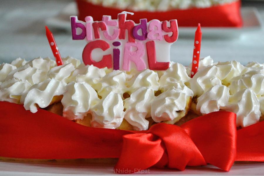 Gateau d'anniversaire rouge et blanc et sa bougie Birthday Girl