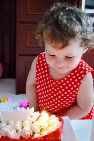 Petite fille soufflant ses bougies d'anniversaire
