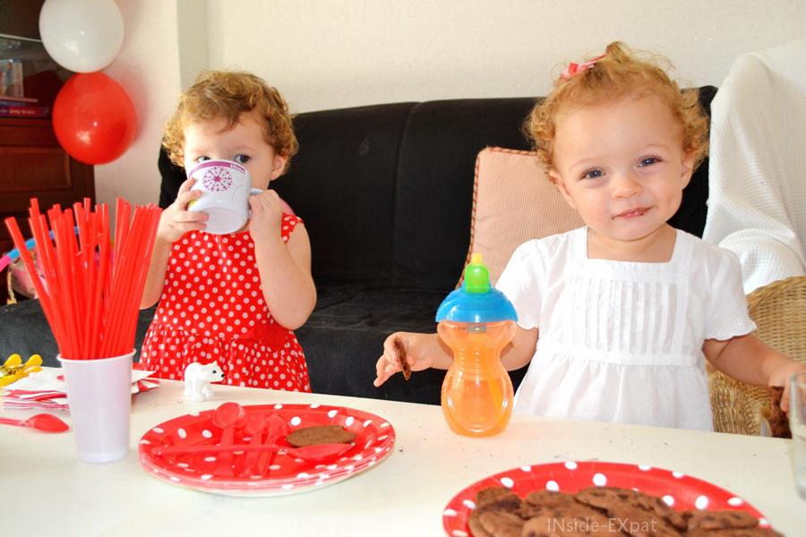 Deux petites filles qui prennent le goûter