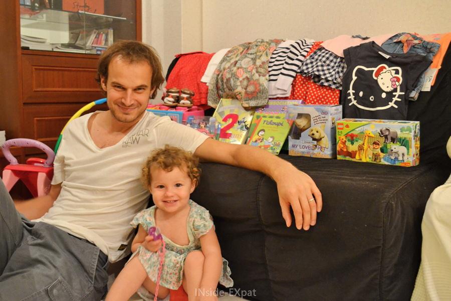 Mimi prend la pose avec son papa et ses cadeaux d'anniversaire