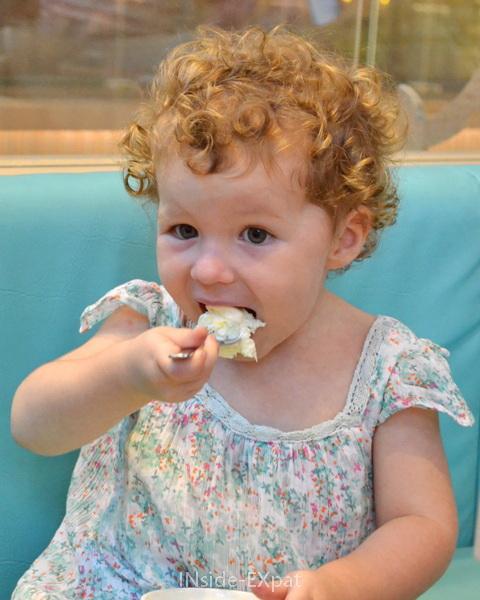 Mimi la gourmande mange une glace à la vanille