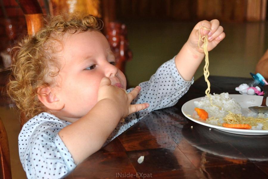 Mimi B. déguste ses nouilles avec les mains (Siem Reap, Cambodge)