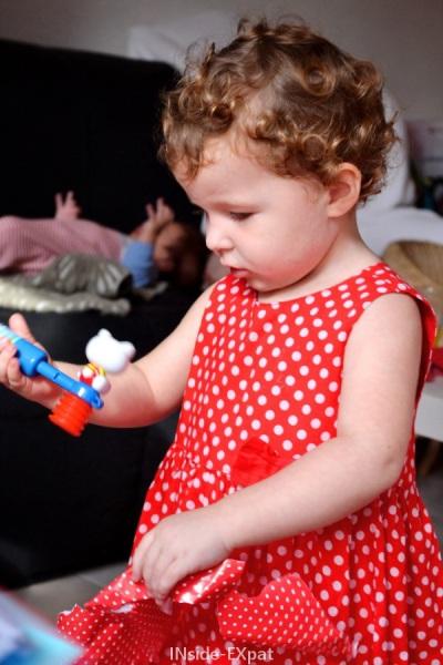 Petite fille qui découvre un jouet Hello Kitty