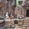 Statues dans le temple khmer Banteay Srei (Angkor, Cambodge)